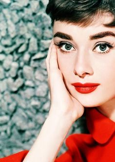 Audrey hepburn her eyes says everything! beauty from the pas Katharine Hepburn, Arte Audrey Hepburn, Aubrey Hepburn, Audrey Hepburn Makeup, Classic Hollywood, Old Hollywood, Audrey Hepburn Pictures, Elisabeth I, Actrices Hollywood