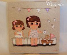 COCONIC: Cuadro de dos niñas jugando al té en el jardín con un osito de peluche. Pintado a mano y personalizado.