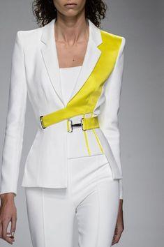 Atelier Versace Fashion Show Spring-Summer 2016 Couture Borstneep acquires . - Atelier Versace Fashion Show Spring-Summer 2016 Couture Chestnut processed to size. Vs Fashion Shows, Look Fashion, 90s Fashion, Indian Fashion, Runway Fashion, Fashion Women, Fashion Details, Trendy Fashion, Crazy Fashion