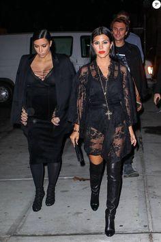 Kim et Kourtney Kardashian, toutes de noir vêtues, arrivent au Polo Bar (le restaurant crée par Ralph Lauren) pour dîner. New York, le 15 septembre 2015.: