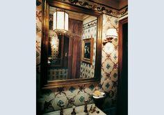 Piccolo bagno parigino rivestito con azulejos portoghesi del '700 bianche, azzurre e lilla. Lo specchio antico ha una cornice in ottone. Al soffitto c'è una lanterna ottagonale a sospensione. Foto © F