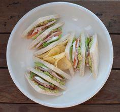 Is het geen plaatje deze clubsandwich met avocado en kip? Lekker als lunch…