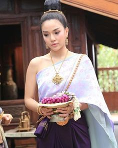 Traditional Thai Clothing, Traditional Fashion, Traditional Outfits, Culture Of Thailand, Thailand Costume, Thailand Outfit, Laos Wedding, Thai Dress, Thai Fashion