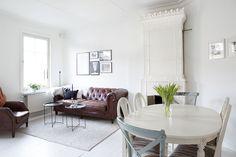 Vill du bo i en ljus tvåa i Bagaregårdens kanske vackraste hus? På Storkgatan finns din nästa bostad. Med vitmålade brädgolv. Med lantligt kök. Och med en pampig kakelugn i vardagsrummet.