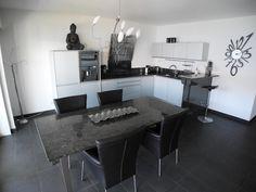 Modernes Ambiente in Brissago # Ferienwohnungen #Lacarno Corner Desk, Conference Room, Table, Furniture, Home Decor, Corner Table, Decoration Home, Room Decor, Meeting Rooms