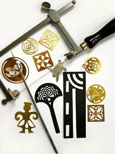 Sabermedir,marcar,cortar, limar, laminar, taladrar,soldar,fundir, todo eso es la base para crear una joya. Conocer las herramientas y ...