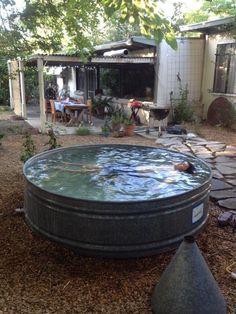 Quien dice que no hay barreños piscina? . Baños exterior/ bañeras de jardín: Un #baño en el #exteripr.., en #verano SIII.