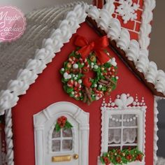 Every detail of the house is handpiped with Royal icing only!( except 3 fabric ribbons):) #christmasgift #christmas #gingerbreadhouse #gingerbread #royalicing #handmade #instacookies #instafood #handpiped #edibleart #maybeacookie