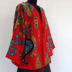 Veste châle en lainage rouge brodée dessins traditionnels multicolores, motifs paisley : Manteau, Blouson, veste par akkacreation
