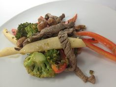 Wok de carne con brócoli   Receta : El buen vivir con Gloría Calzada Link: on.fb.me/1m8zyy3