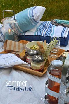 Sommerpicknick: Orzo-Salat mit Hühnchen, Oliven-Mandel-Pesto und Joghurt-Dessert mit Pfirsich-Brombeer-Kompott