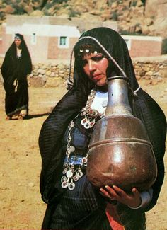 Africa | woman from Tafraout carrying a water vessel.  Morocco || Scanned postcard; publisher ISMAIL.  N° 1306