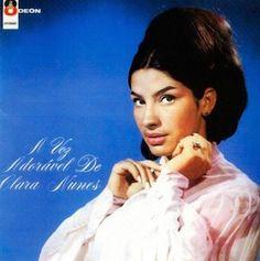 Dès les premières notes de ce A Voz Adoravel De Clara Nunes (1966), j'ai eu l'agréable impression de plonger dans la BO d'un vieux James Bond du début des années 60. Nous sommes en 1966, les années post Bossa Nova et pré Tropicalia, et une jeune artiste...