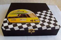 Linda caixa em mdf decorada com decoupagem personalizada de Fórmula1. Interior flocado com pó de camurça. Possui 9 divisões com almofadinhas em cetim. Super masculina. Ótimo presente! <br> <br>Obs.: o cliente pode escolher outros motivos para personalizar essa caixa.