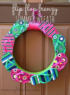 Summer Flip Flop Wreath. First make a wreath using the pool noodle and duct tape. Věnec - léto