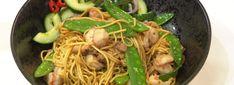 Bami goreng en atjar komkommer - MAX Vandaag Spaghetti, Favorite Recipes, Cooking, Ethnic Recipes, Index, Food, Salads, Indian, Kitchen