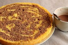 Mod de preparare Tort cu crema mascarpone si vanilie: Blat: Separam albusurile de galbenusuri. Albusurile le batem spuma tare cu un praf de sare, la viteza maxima a mixerului. Cand spuma s-a intarit bine adaugam zaharul pudra si mixam pana spuma devine densa si lucioasa. Separat frecam galbenusurile cu uleiul…