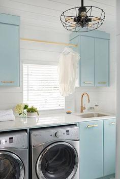Gorgeous and bright blue laundry room / Precioso cuarto de lavado en azul - Casa Haus Decoración Laundry Room Remodel, Laundry Room Cabinets, Blue Cabinets, Laundry Room Organization, Laundry Room Design, Laundry In Bathroom, Upper Cabinets, Turquoise Cabinets, Laundry Closet