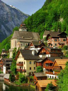 Hallstatt, Alta Austria, es una aldea en la región de Salzburgo, una región de Austria. Se encuentra cerca de la Hallstätter. En el censo de 2001, tenía 946 habitantes.