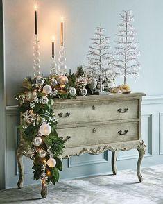 Está referência possui dois elementos que são apaixonantes na decoração de ambientes:Cômodas e decoração de natal. ❤️🎄❤️🎄 Para começar bem o dia! Fonte: horchow