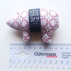 Piggy sewing for New Year's Eve free instructions - Jeanne Martin New Years Eve 2018, New Years Eve Dresses, New Years Eve Party, Fall Wardrobe Essentials, New Year's Eve Cocktails, New Year's Eve Celebrations, Holiday Party Outfit, Textiles, Happy New Year 2019