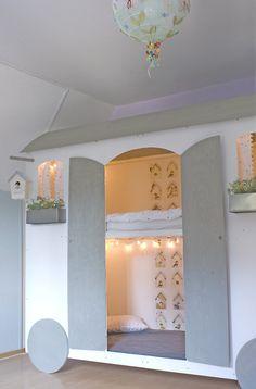 selbstgebautes hochbett in form eines bauwagens