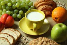 Un #desayuno rico y #nutritivo debe contener al menos un lácteo, cereales integrales, fruta, proteína y alguna grasa saludable para empezar el día con energía. #nutricion #salud
