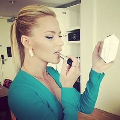 Elizabeth Banks used her clutch as a mirror for the final touch ups. | Here Are All The Celebrity Instagrams From The Met Gala