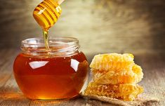 Manuka honey has antibacterial, anti-inflammatory and antioxidant properties. Here are 7 proven ways that manuka honey benefits your health. Seborrhoische Dermatitis, Home Remedies, Natural Remedies, Natural Treatments, Wholesome Baby Food, Swallow Food, Honey Benefits, Health Benefits, Royal Jelly