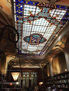 Con vidrieras como esta no me extraña que Lello e Irmão inspirase a J.K. Rowling. Foto por Asier G. Morato.