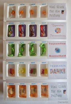 Medikamentendosierer mit Tageszeiten als Geschenkverpackung für Süßigkeiten