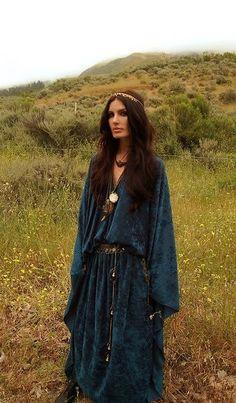 Velvet gypsy style maxi with boho adornment. Hippie Style, Look Hippie Chic, Look Boho, Gypsy Style, Style Me, Hippie Chick, Boho Gypsy, Bohemian Mode, Hippie Bohemian