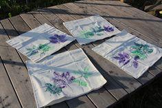 V červnu mne obvykle ze všech těch květin chytne nějaká reativní nálada a tvořím. Tady třeba listy zdobené povlaky na polštáře... Napkins, Towels, Dinner Napkins