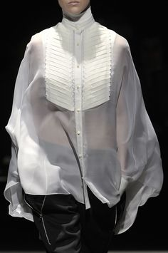 An idea for the bib front Sheer white blouse with pleated front & mandarin collar; Minimal Fashion, White Fashion, Fashion Trends 2018, Sheer White Blouse, Classic White Shirt, Fashion Details, Fashion Design, Inspiration Mode, White Shirts