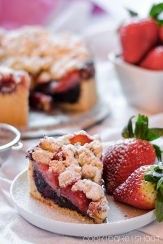veganer mohnkuchen mit erdbeeren und streusel/ vegan poppy seed cake with strawberries and streusel