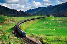 Pociąg przejeżdża przez 8 chińskich prowincji, a najwyższy punkt na trasie położony jest na wysokości 5072 m n.p.m. Za oknem piętrzą się ośnieżone góry, na łąkach pasą się włochate jaki, a ja wraz z innymi pasażerami przyklejam nos do szyby.