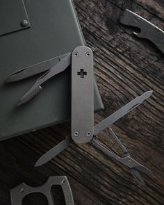 Stabilized Wood, Edc Gadgets, Sharp Objects, Modern Gentleman, Cool Gear, Minimalist Wallet, Edc Gear, Knives And Swords, Everyday Carry