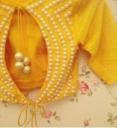 Sari Blouse, New Saree Blouse Designs, Saree Blouse Patterns, Designer Blouse Patterns, Fancy Blouse Designs, Indian Blouse Designs, Wedding Saree Blouse, Blouse Back Neck Designs, Gold Blouse