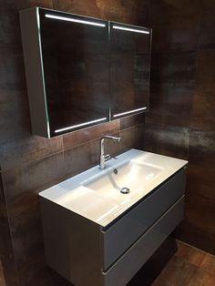 Oplevering van een badkamer met een badmeubel en spiegelkast. Gerealiseerd door Sanidrome Hoezen uit Belfeld.