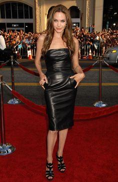 Angelina jolie dans la petite robe noire, version cuire #angelinajolie #cuire #lapetiterobenoire