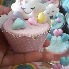 Que fofura ! ! Cupcakes... @encontrandoideeias  Por @ediellen_ #encontrandoideias #blogencontrandoideias #festachuvadeamor