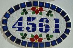 Numero residencial em mosaico, tamanho oval pequeno (30x20). Cliente pode escolher cor da borda e do número. O mosaico é realizado em cima de um piso de ceramica e deverá ser fixado na parede com argamassa. Ou poderá ser feito 2 furos para parafusar na parede, a pedido do cliente. Mosaic Art, Mosaic Glass, Stained Glass, Doorknob Hangers, Door Knobs, House Numbers, Letters, Crafts, Mosaic Ideas