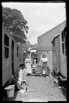 Two girls stood next to an old stove in amongst a group of caravans. vintage everyday: Pictures of Caravans and Camping from the and Old Circus, Vintage Circus, Gypsy Caravan, Gypsy Wagon, Circo Vintage, Old Stove, Outdoor Stove, Gypsy Living, Girl Standing