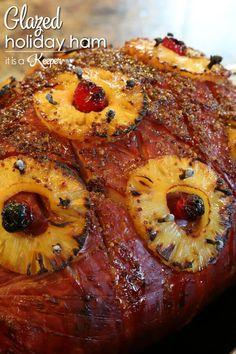 Glazed Holiday Ham - this easy ham recipe tastes amazing and is always a show stopper Boneless Ham Recipe, Thanksgiving Recipes, Holiday Recipes, Christmas Ham Recipes, Christmas Ideas, Ham In The Oven, Ham Glaze Brown Sugar, Pineapple Ham, Gastronomia