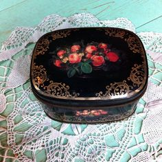 קופסת פח שחורה פרחונית עם עיטורים בזהב במצב מעולה אורך: 10 ס״מ רוחב: 8 ס״מ עומק: 6 ס״מ