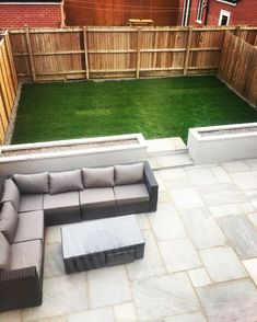Kandla grey patio Concrete raised flower beds Yakoe 8 seater sofa Raised level grass area with stone border - Alles über den Garten Raised Patio, Small Backyard Patio, Backyard Patio Designs, Outdoor Pergola, Diy Patio, Pallet Patio, Backyard Landscaping, Patio Bar, Raised Beds