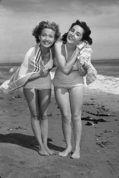 Elizabeth Taylor, Roddy McDowall, Scotty Beckett, and Jane Powell spend a day at the beach, August 1948 Jane Powell, Turner Classic Movies, Elizabeth Taylor, Old Hollywood, Vintage Looks, Comedians, Actresses, Actors, Couple Photos