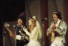Cristiano Mascaro clicou a cena do Festival de 67 onde Rita Lee se apresentou de noiva com tênis, tocando rock e tirando sarro da 'família brasileira', da virgindade, e do casamento canonizado. Escândalo!