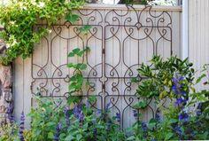 Ornamental trellis against painted fence or wall. Ornamental trellis against painted fence or wall. Diy Garden, Garden Cottage, Dream Garden, Garden Art, Night Garden, Garden Guide, Trellis Fence, Garden Trellis, Garden Gates