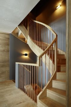 Dom w Alpach Szwajcarskich, drewniane schody - Wnętrze - Zainspiruj się z Foorni.pl